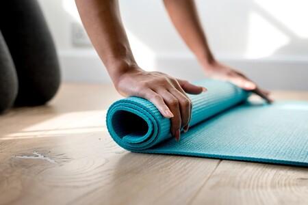 Yogamatte ausrollen